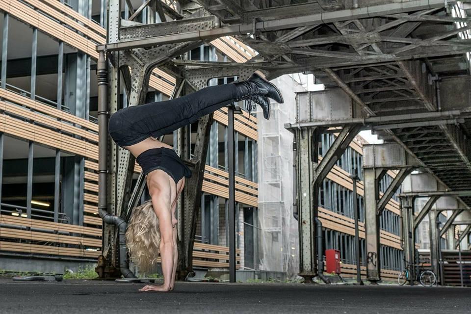 Akrobatisches Sportmodel Anna Herkt – Bild 2